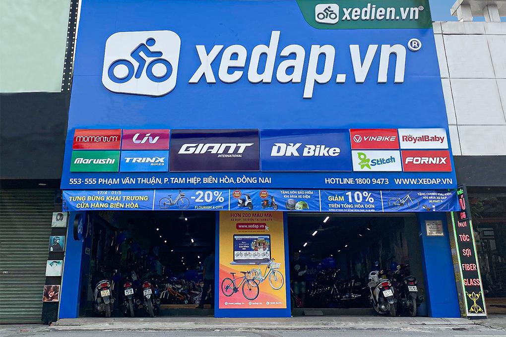Bên ngoài cửa hàng Xedien.vn Phạm Văn Thuận được thiết kế bắt mắt, thu hút khách hàng