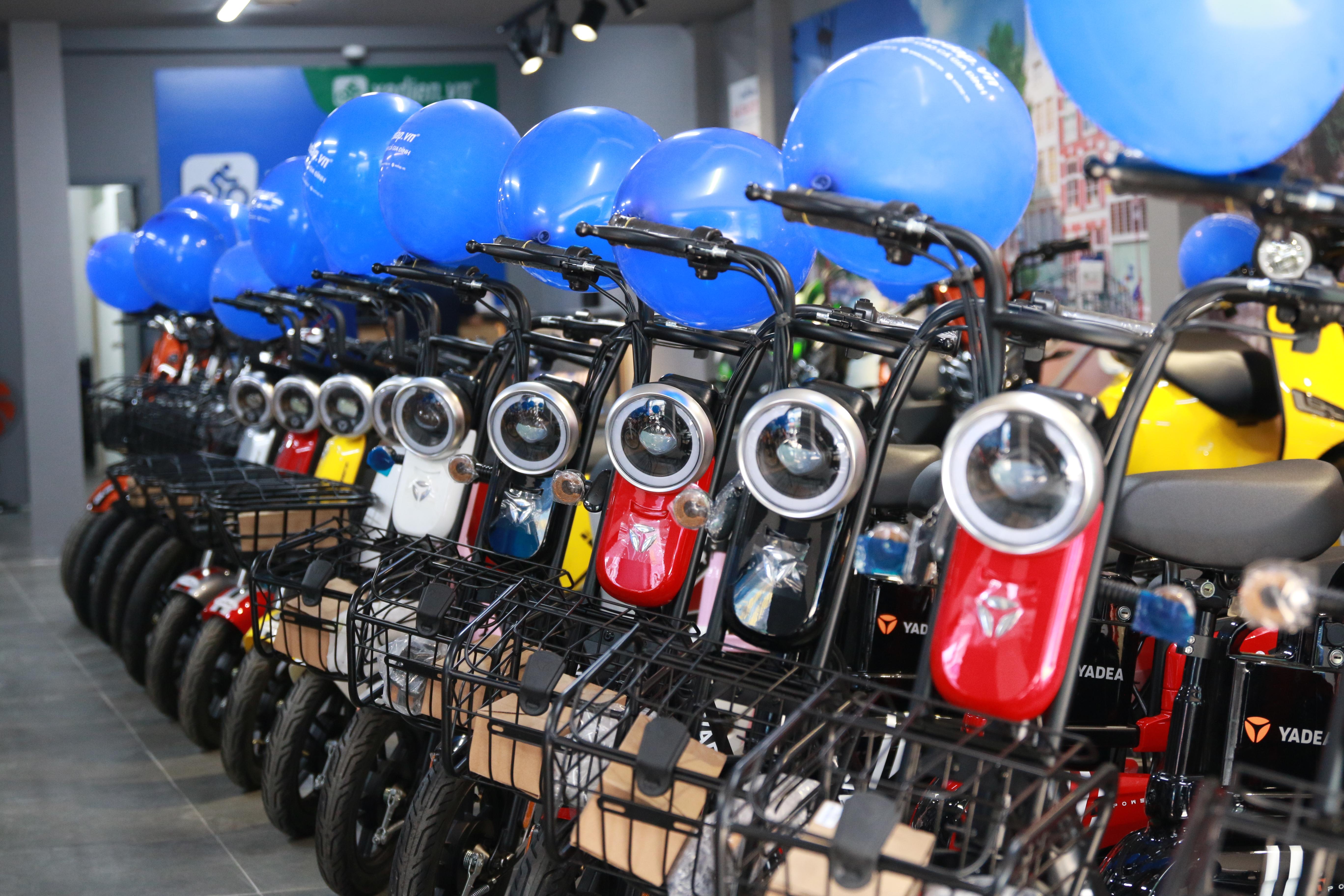 Khu vực trưng bày xe đạp điện với đa dạng mẫu mã và thương hiệu