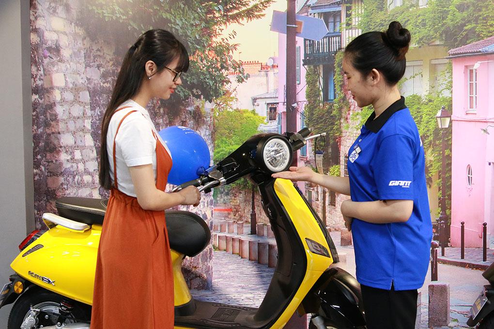 Khách hàng chọn xe máy điện và được tư vấn chế độ bảo hành, bảo dưỡng tận tình