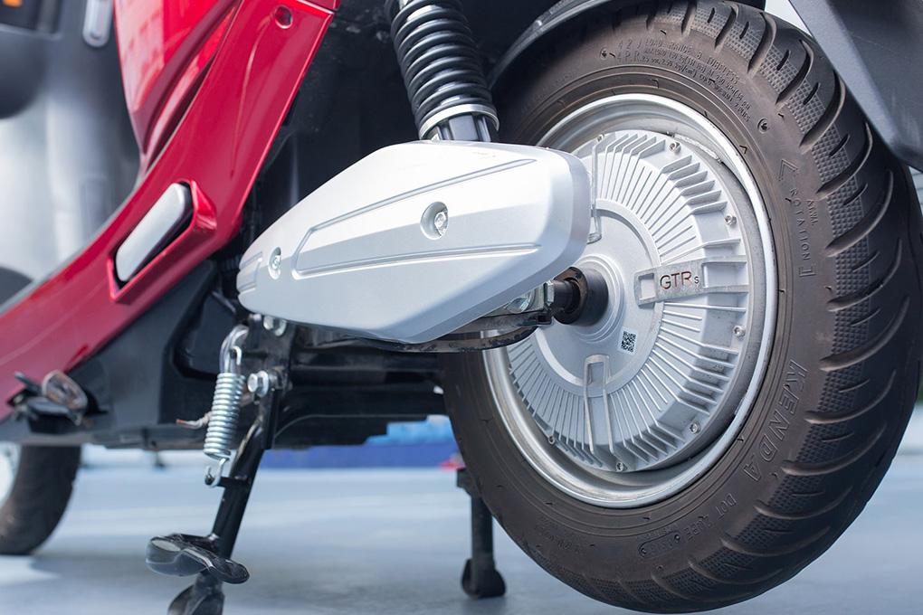 Lau chùi thật kỹ phần bánh xe và nơi để chân