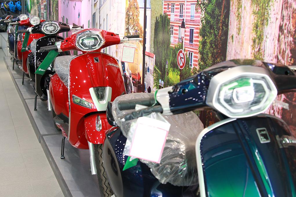 Xe máy điện thương hiệu JVC Eco được trưng bày bắt mắt