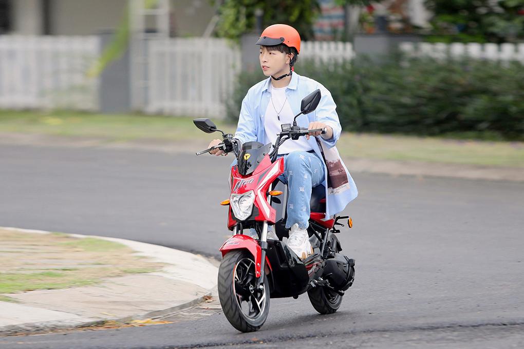 Ca sĩ Đức Phúc xuống phố cùng xe máy điện YADEA X-men Neo