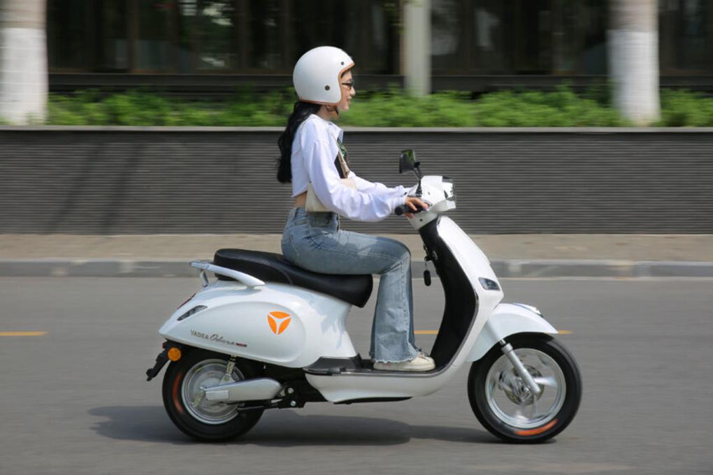 Tự tin diện mọi outfit xuống phố cùng xe máy điện YADEA Odora