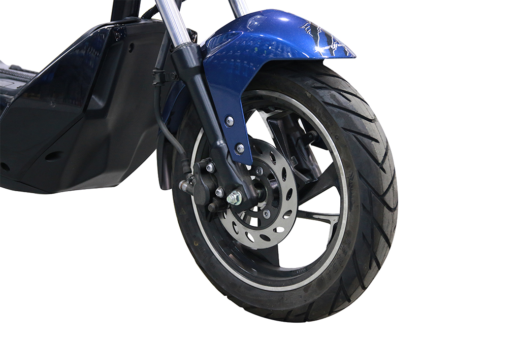 Xe máy điện YADEA X-men Neo sở hữu lốp không săm dày dặn cùng phần phanh đĩa hiện đại