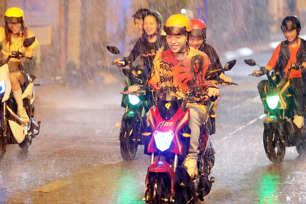 Xe máy điện YADEA X-men Neo vẫn di chuyển an toàn trong điều kiện trời mưa/ngập nước