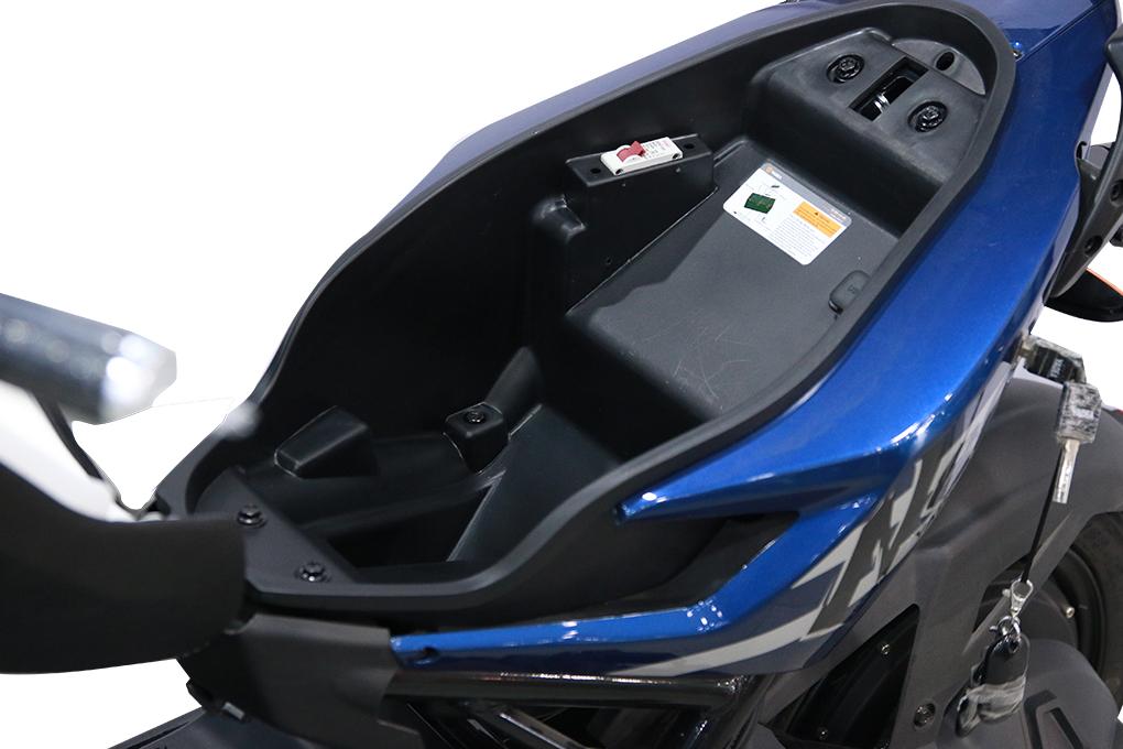 Cốp xe 13 lít đủ để đựng những đồ vật cần thiết như mũ bảo hiểm, áo mưa, điện thoại,...